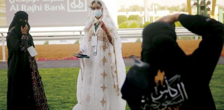 Newest Trend in Saudi Abayas Turns Away from Black